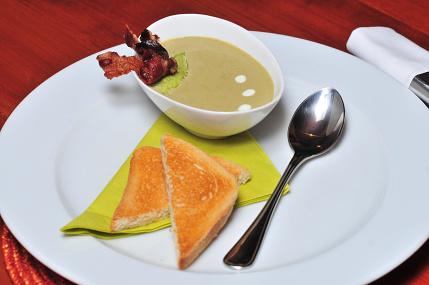 Chřestový krém s křupavou pancettou a domácím pestem ze zeleného chřestu