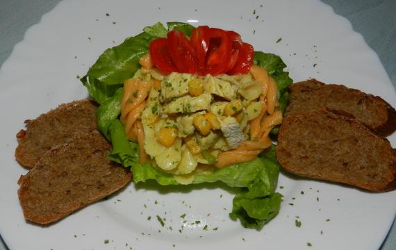Těstovinový salát s krůtím masem