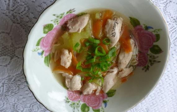 Kuřecí polévka s celerem a těstovinami