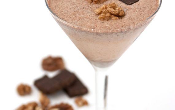 Čokoládovo-ořechové smoothie zdobené vlašskými ořechy