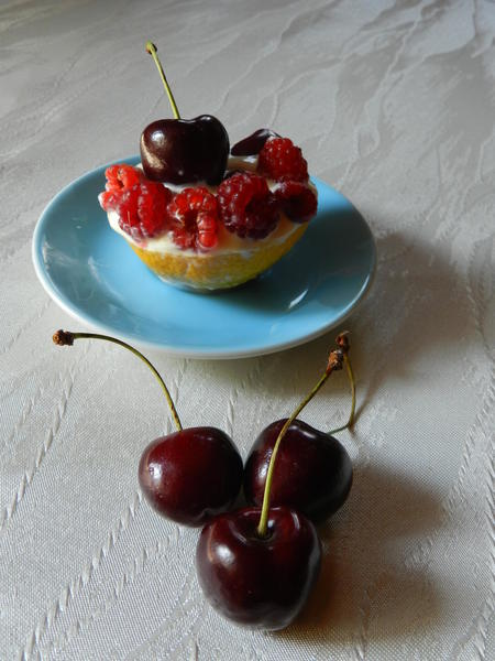 Plněné citronové lodičky s krémem a ovocem
