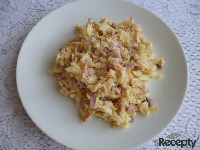 Těstoviny s uzeným, vejci, sýrem a cibulkou