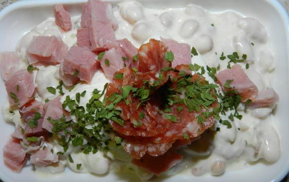 Fazolový salát s křenovou majonézou a uzeným masem