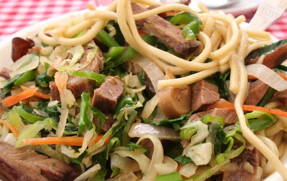 Salát s masem, zeleninou a nudlemi aneb co dům dal