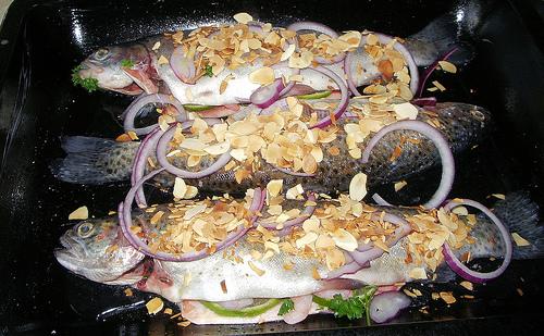 Nadívaní pstruzi krevetami a s mandlemi