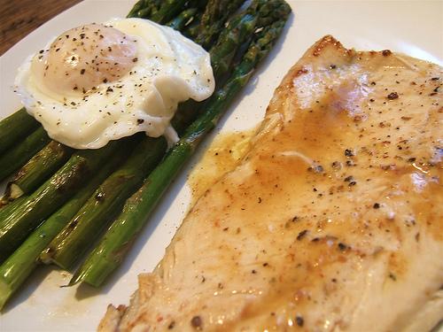 Pečený pangasius s chřestem a vejcem