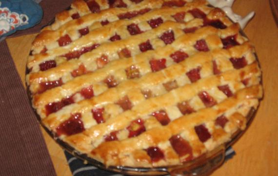 Rebarborový mřížkový koláč s jahodami