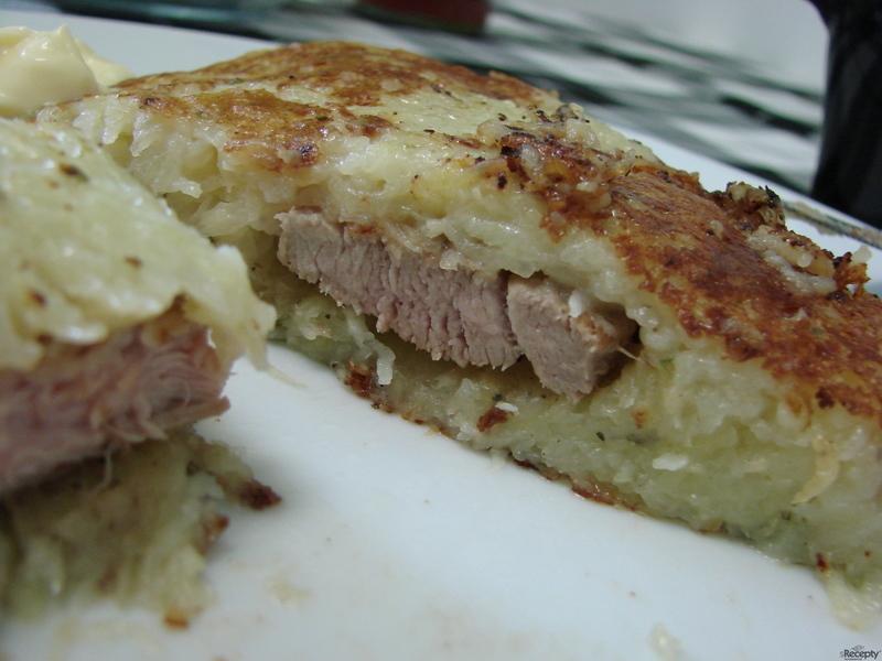 Smažený vepřový řízek v bramboráku
