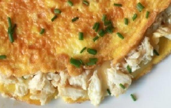 Omeleta s náplní z krabího masa