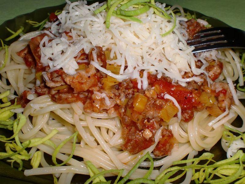Špagety s masovo-pórkovou směsí