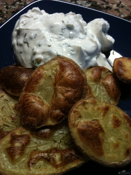 Pečené tymiánové brambory s pažitkovým tvarohem