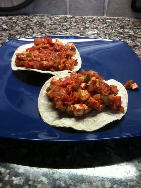 Minitortilly s pikantní tofu-rajčatovou směsí