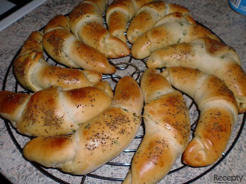 Pepřové rohlíky s jarní cibulkou z domácí pekárny