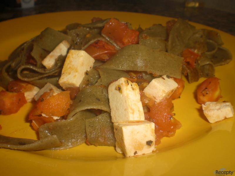Široké bazalkové nudle s rajčaty a tofu