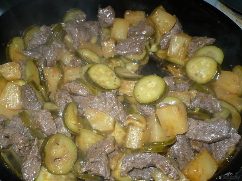 Hovězí maso s ananasem a cuketami