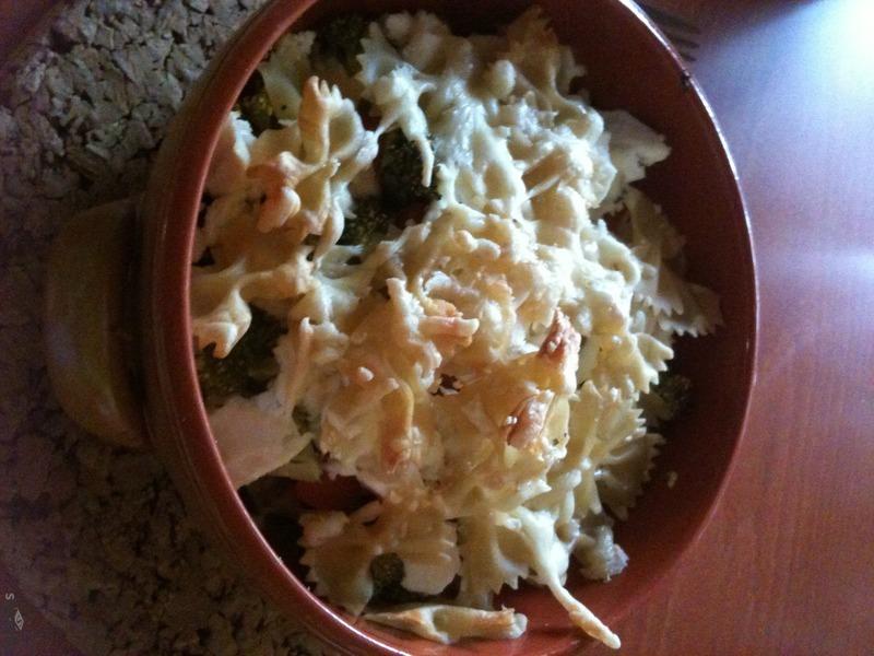 Farfale s brokolicí, rajčaty, šmakounem a sýrem
