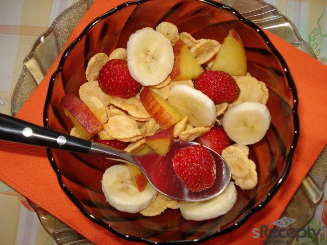 Ovocný salát s kukuřičnými lupínky