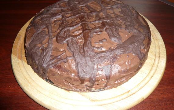 Nadýchaný čokoládový dort s ananasem a čokoládovou polevou