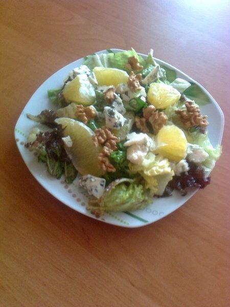 Osvěžující salát s pomerančem, nivou a ořechy