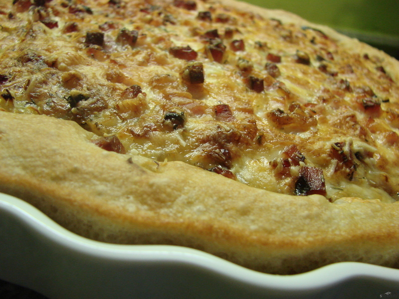 Cibulový koláč s uzeným masem a sýrem