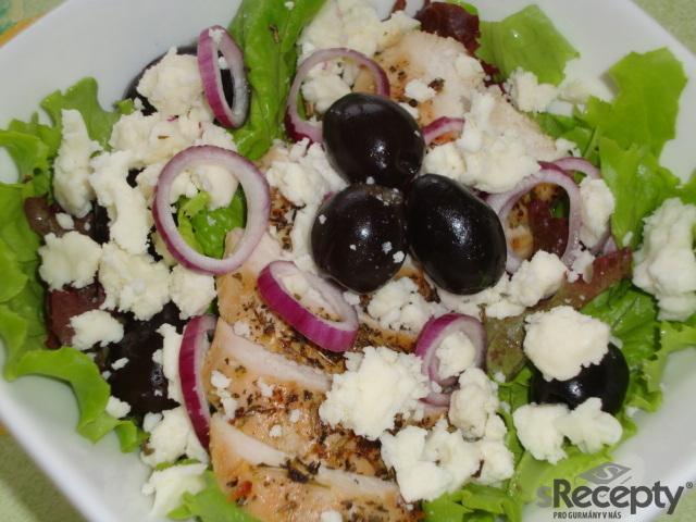 Kuřecí salátek s olivami a ovčím sýrem