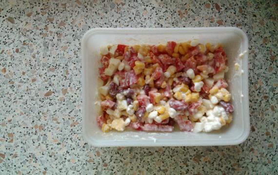 Sýrový salát s vejci a paprikou