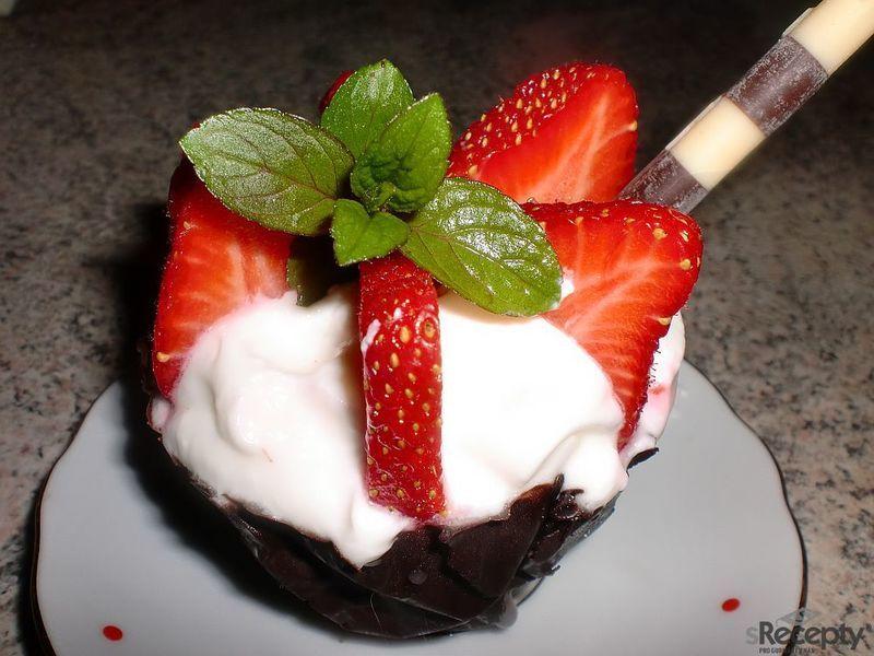 Čokoládové kalíšky s vanilkovým krémem a jahodami