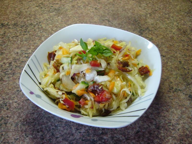 Barevný salát z hlávkového zelí