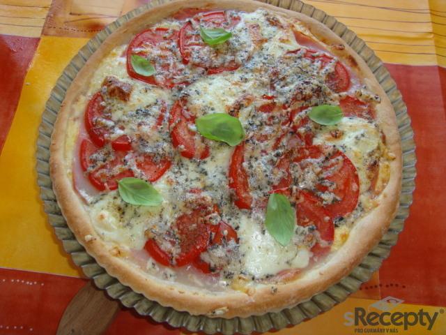 Pizza se 3 druhy sýra, šunkou a rajčetem