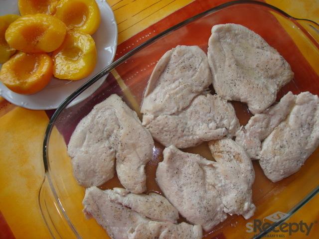 Kuřecí prsa s broskví, nivou a praženými mandlemi