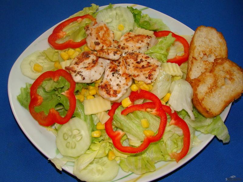 Obědový salát s grilovaným kuřecím masem