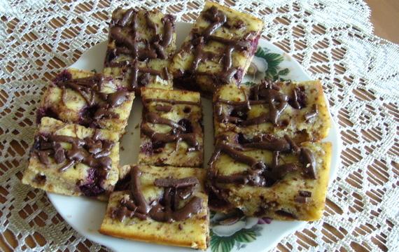 Řezy s čokoládou a ostružinami