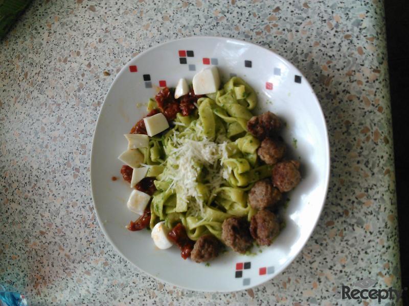 Těstoviny s rukolovým pestem a masovými kuličkami