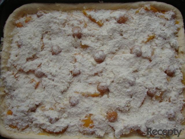 Broskvový kynutý koláč s mandlovými lupínky