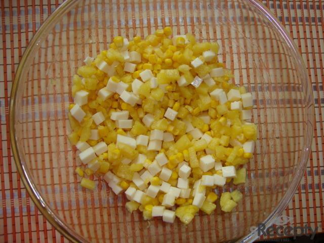 Ananasový salát s kukuřicí a sýrem