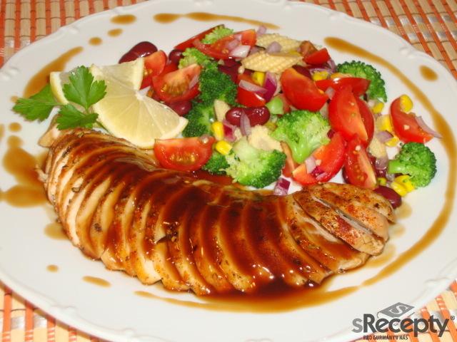 Kávovo - karamelová kuřecí prsa se zeleninovým salátem
