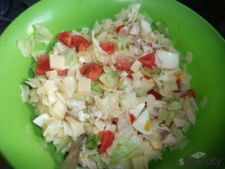 Salát s krůtím masem a vejci