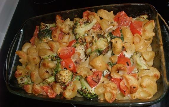 Zapečené těstoviny s rajčaty a brokolicí