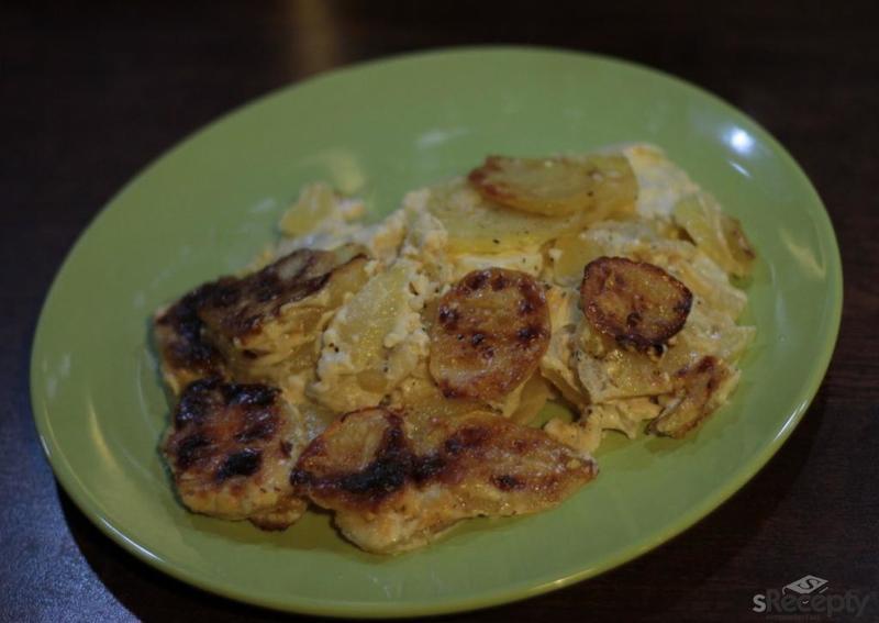 Vepřové plátky zapečené s bramborami, smetanou a sýrem
