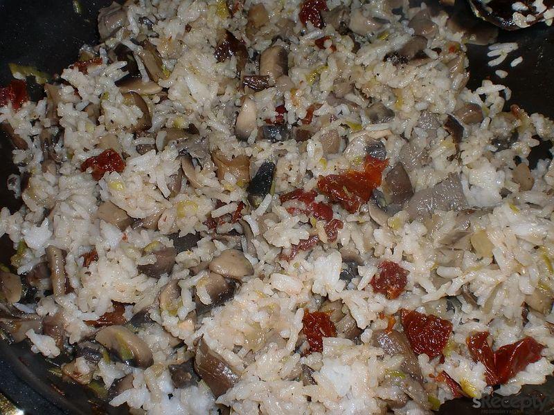 Rýže s houbami a sušenými rajčátky