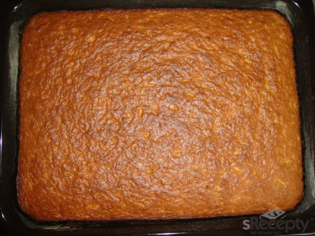 Chutný jablkovo - rumový koláč s mandlemi