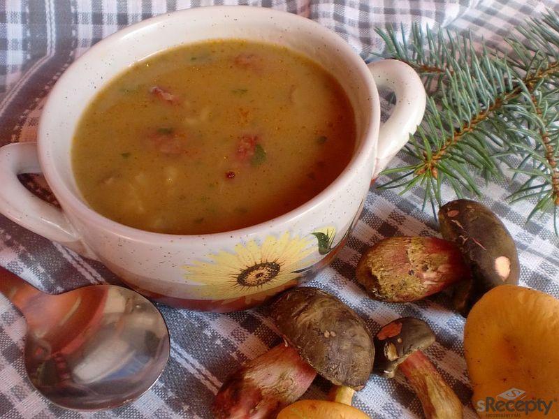 Kroupová polévka s houbami a klobásou