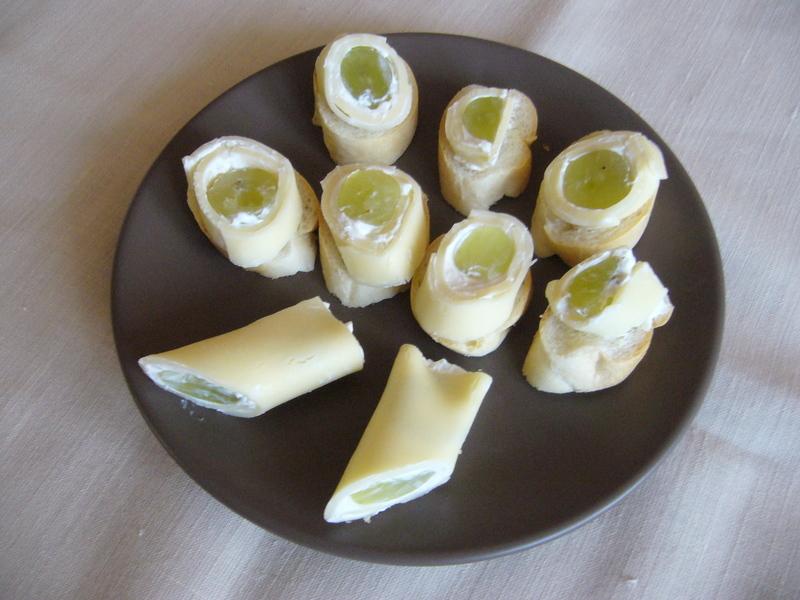 Sýrové rolky s křenem a hroznovým vínem