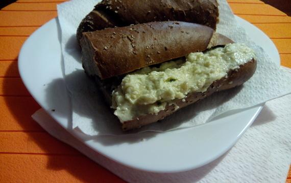 Celerovo-česneková pomazánka s pestem z medvědího česneku