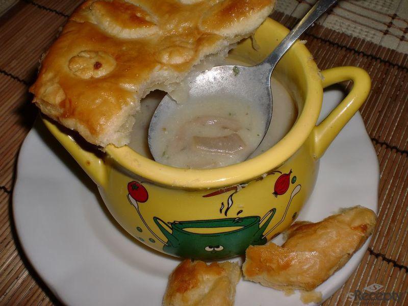 Houbová polévka s vínem a listovou čepicí