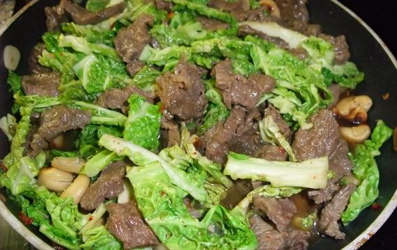 Smažené hovězí maso s kešu oříšky