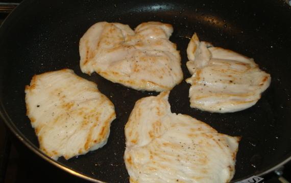 Kuřecí medailonky s borůvkovo - smetanovou omáčkou