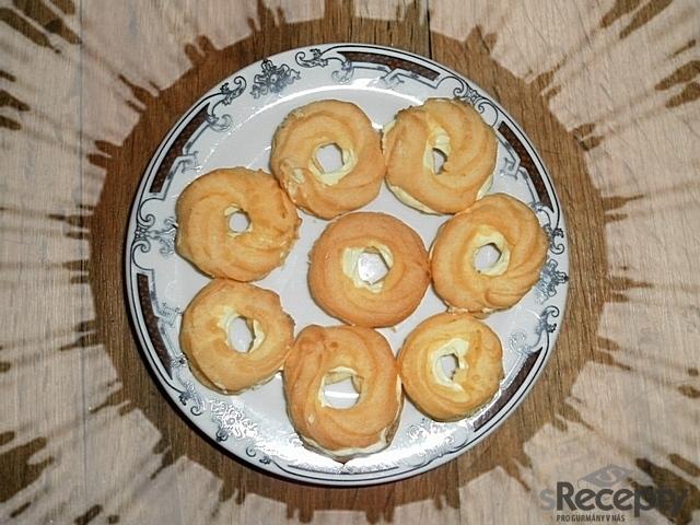 Věnečky z odpalovaného těsta s vanilkovým krémem