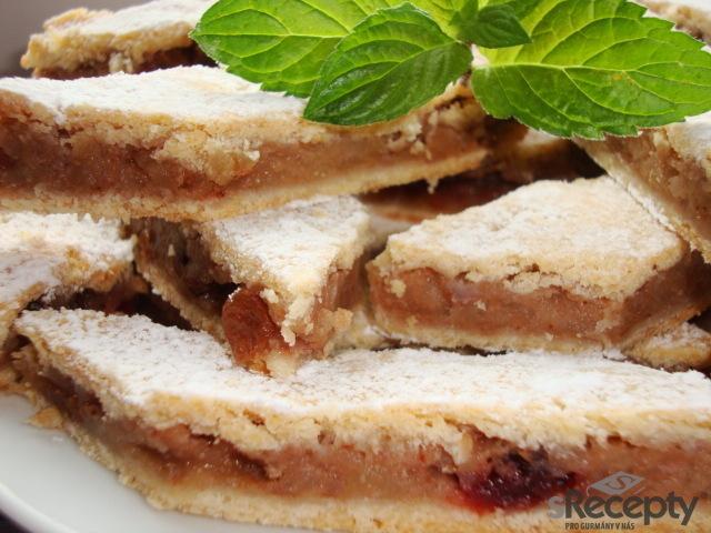 Jemný jablkovo - brusinkový koláč
