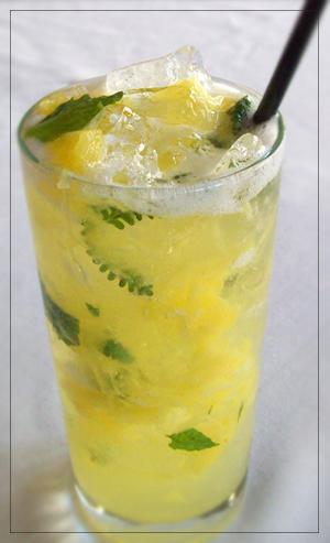 Ledový nápoj z ananasu a máty